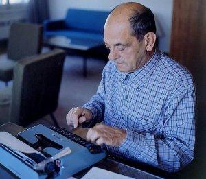 buñuel escribiendo a maquina-3053729..jpg